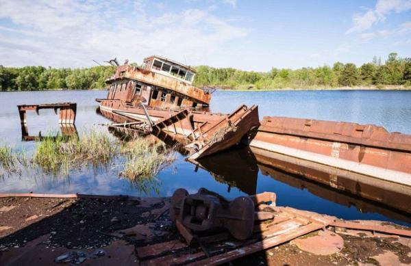Призраки из прошлого: заброшенные корабли Чернобыля на снимках фотографа из Австрии (ФОТО)