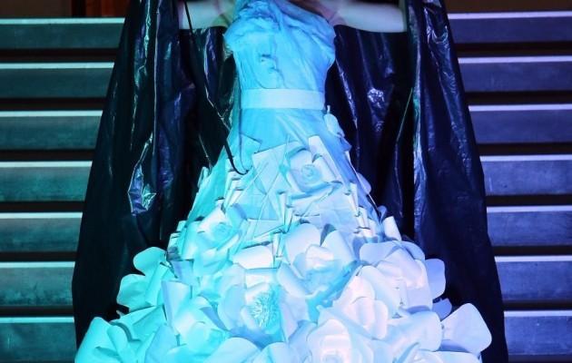 В Киеве прошел модный показ платьев из мусорных отходов (ФОТО)