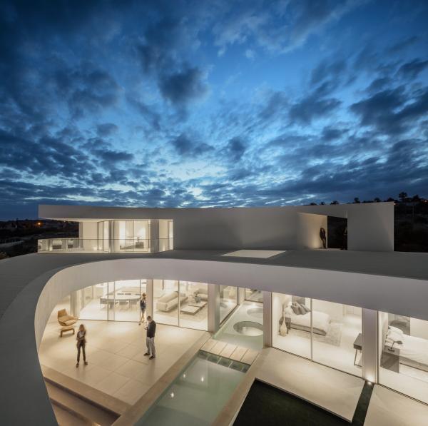Скульптурные формы и чистые поверхности: изящный дом на побережье в Португалии (ФОТО)