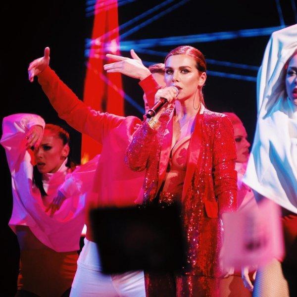 Анна Седокова вышла на сцену в очень откровенном наряде (ФОТО)