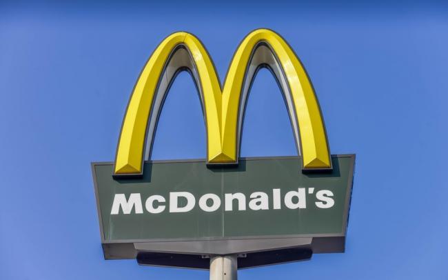 Работник «Макдоналдс» 2,5 года подкладывал всем клиентам дополнительный наггетс. В соцсетях его считают героем