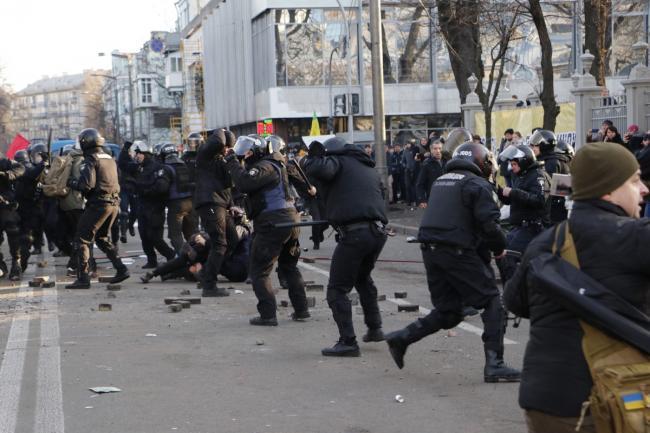 Протесты под Радой: пострадали 17 полицейских, задержаны 26 человек