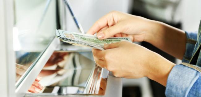 Украинцы четвертый год подряд больше продают валюту, чем покупают