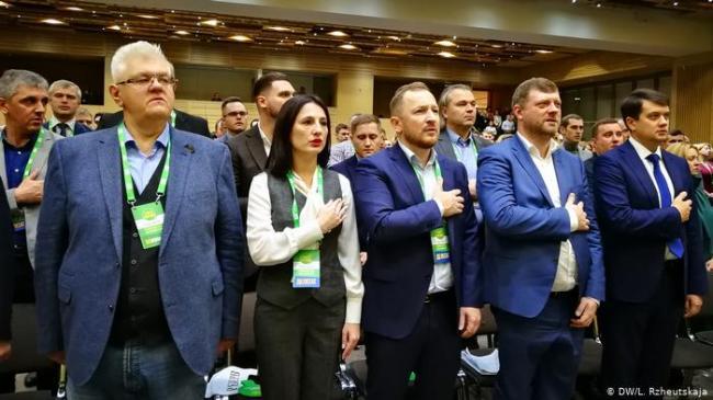 """""""Слуга Народа"""" остается самой популярной партией в Украине"""