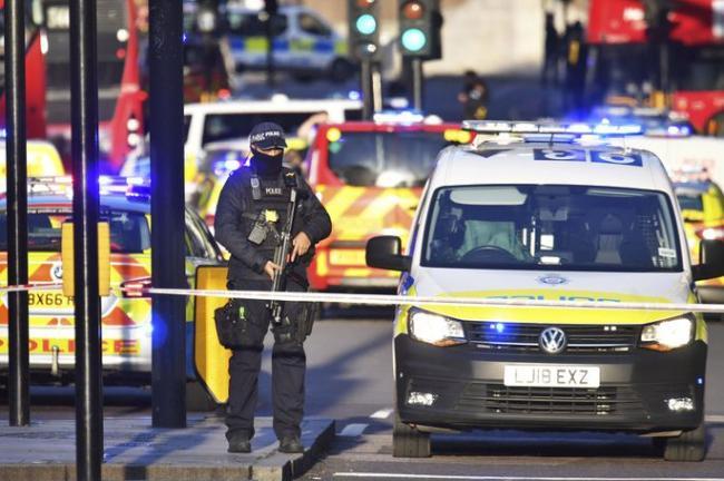 Теракт в Лондоне: полиция застрелила мужчину, напавшего с ножом на прохожих