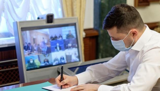 Президент Украины поручил выяснить, сколько масок нужно аптекам
