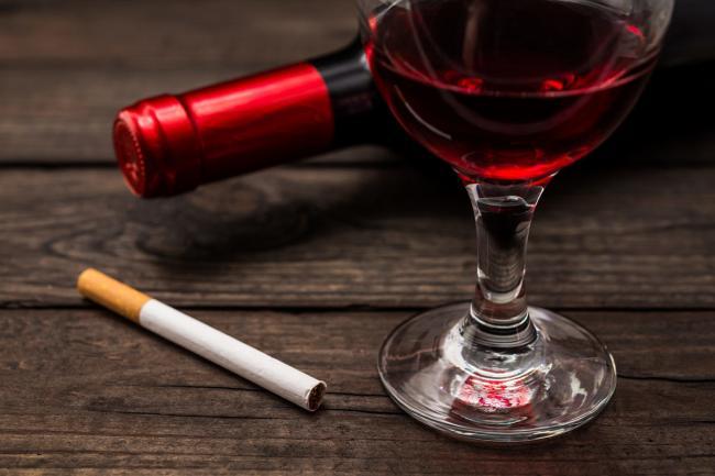 ВОЗ советует на самоизоляции воздерживаться от курения и алкоголя