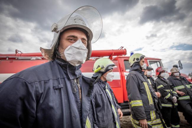 Зеленский наградил 22 спасателей, которые тушат пожар в Чернобыле и Житомирской области