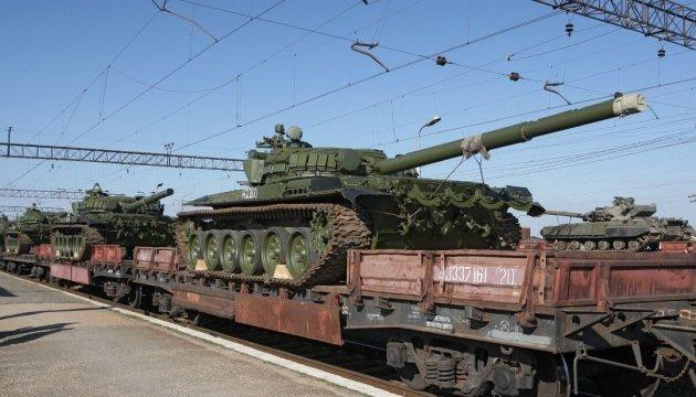 Россия перебросила на Донбасс три вагона с боеприпасами и танки - разведка