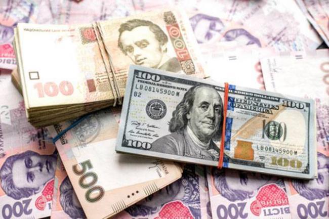 Гривна немного укрепилась к доллару и евро