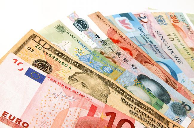 Украинцы шестой месяц подряд продают валюты больше, чем покупают