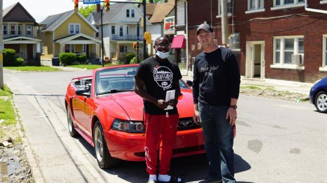 В США школьник за уборку улицы после протестов получил в подарок Mustang и стипендию в колледже