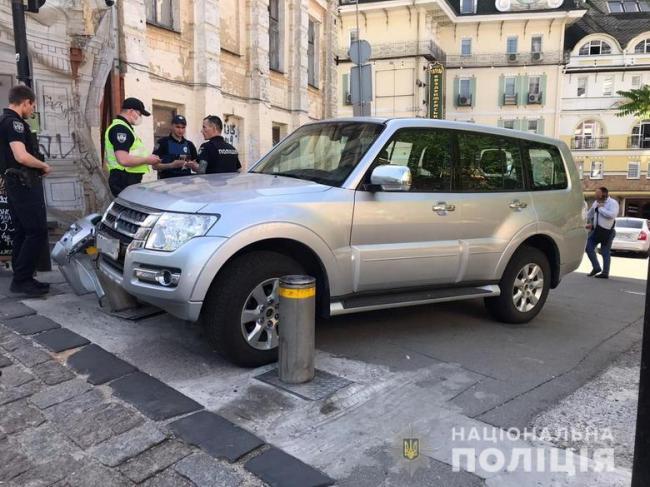 Проник в резиденцию и украл ключи. В Киеве пьяный мужчина угнал авто посла и попал в ДТП