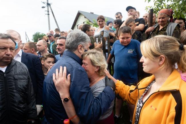 Порошенко привез помощь пострадавшим от паводков жителям Ивано-Франковской области