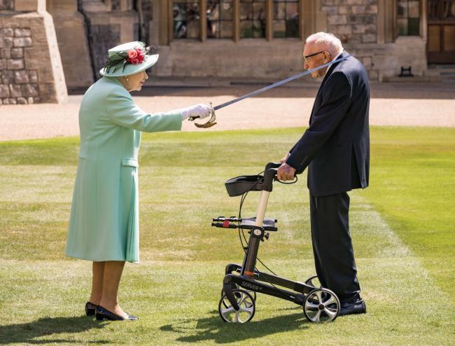Елизавета II посвятила в рыцари 100-летнего ветерана Тома Мура. Он собрал миллионы фунтов для помощи медикам