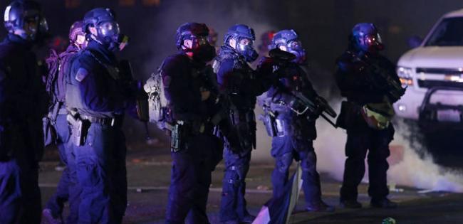 В США новая волна протестов: в столкновениях с митингующими ранен 21 полицейский