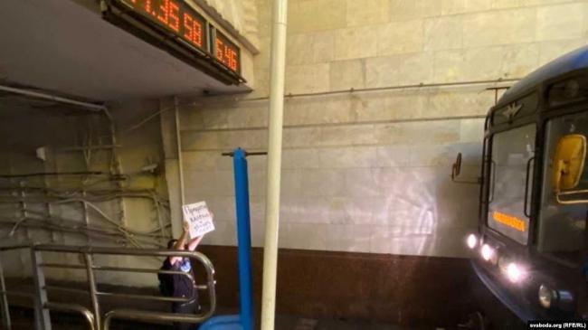 """""""Прекратите калечить людей"""": В Минске протестующий заблокировал синюю ветку метро, спрыгнув на рельсы"""