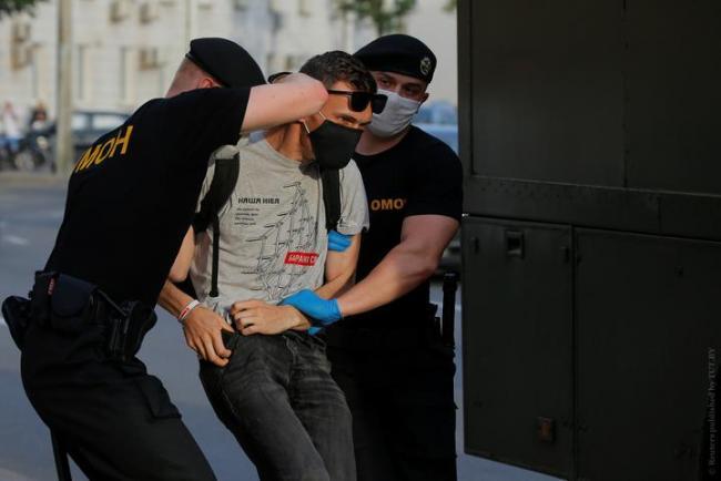 В Беларуси в четвертый день протестов силовики задержали около 700 человек