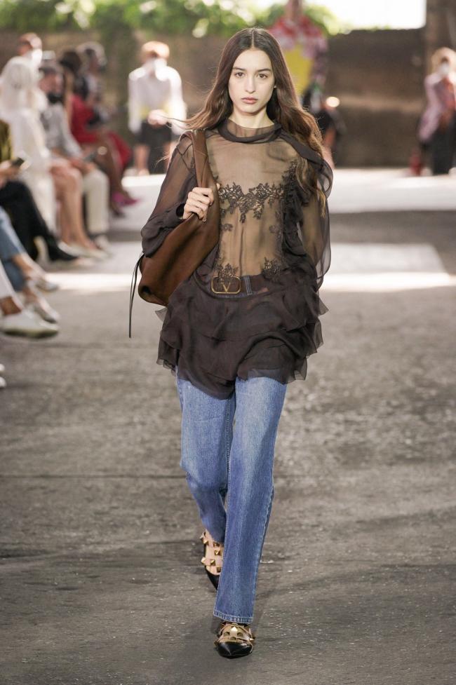 Valentino и Levi's выпустили совместную коллекцию — ее представили на модном показе в Милане