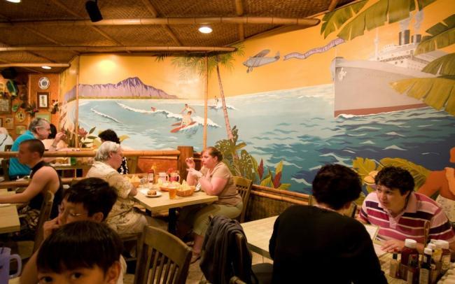 Безработным на Гавайях выделят по $500 на походы в рестораны