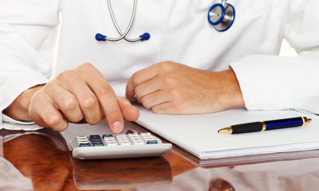 В НСЗУ назвали средние зарплаты врачей в Украине