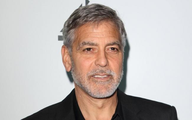 Джордж Клуни рассказал, что стрижется сам последние 25 лет, — и поделился лайфхаком, как ему это удается