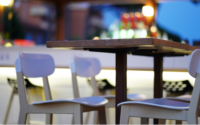 Ресторанам и кафе в Украине разрешили работать дольше, но есть ограничения