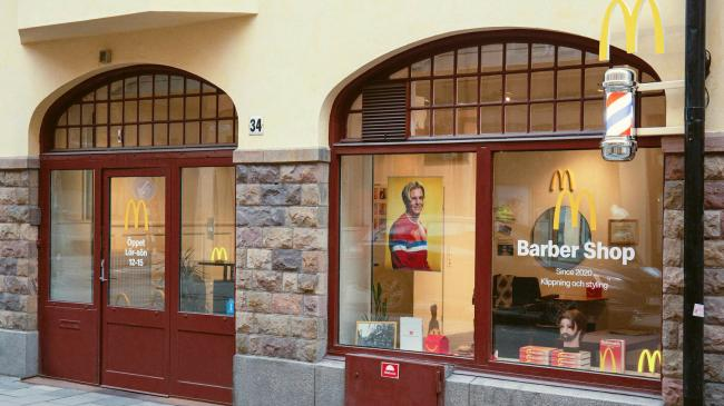 McDonald's открыл в Стокгольме барбершоп, где делают прическу в форме логотипа бренда