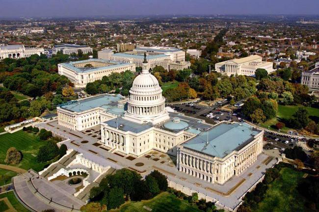 В США неизвестные пригрозили направить самолет на здание Капитолия