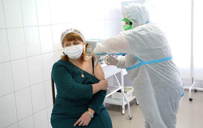 В Украине первой дозой вакцины от коронавируса привили почти 10 тысяч человек
