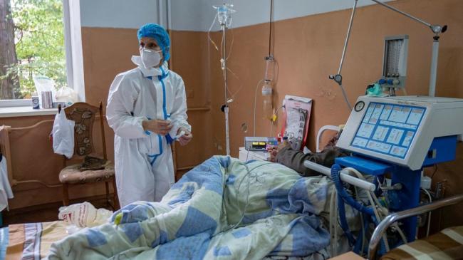 Показатель госпитализаций COVID-больных превышен в 15 регионах