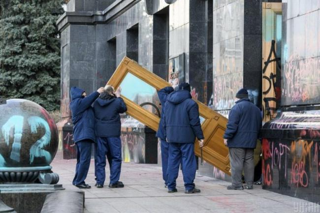 Двери с Банковой хотят продать на аукционе