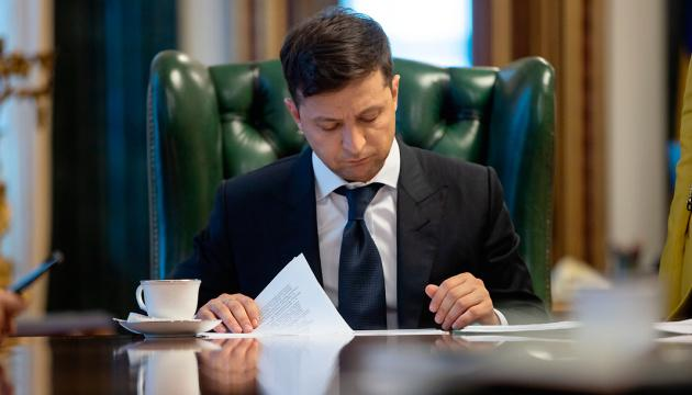 Зеленский подписал закон о защите должников от недобросовестных коллекторов