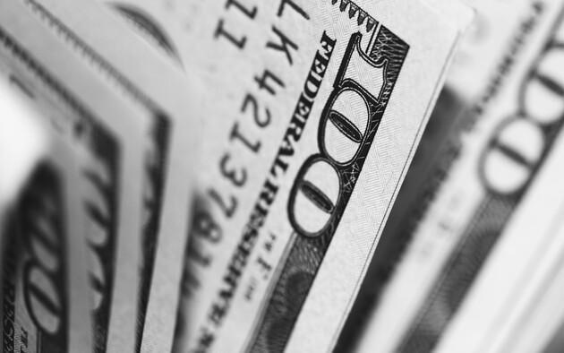 Украинцы продали в апреле максимальный за 4 года объем валюты