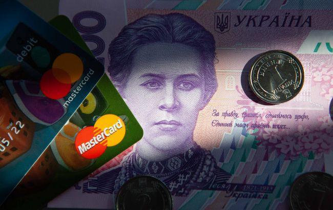 Украинцы все меньше снимают деньги в банкоматах: доля безналичных операций достигла 60%