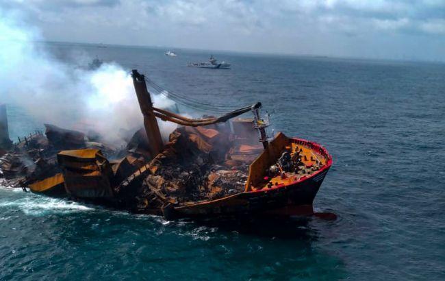 Возле Шри-Ланки тонет танкер с химикатами. Существует опасность экологической катастрофы