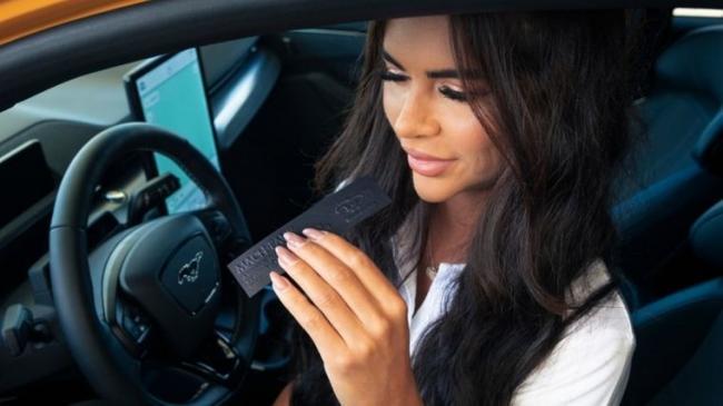 Ford выпустил ароматизатор с запахом бензина для владельцев электромобилей, которым его не хватает