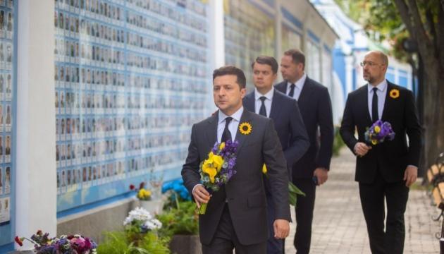 Зеленский почтил память павших за Украину
