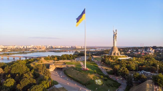 Ко Дню Независимости на самом высоком флагштоке Украины установили новый трезубец (ВИДЕО)