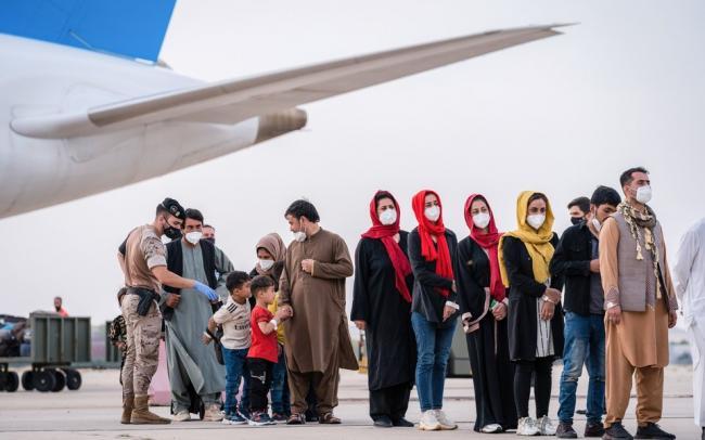 Талибы запретили афганским женщинам выходить из дома, поскольку боевики не обучены общению с ними